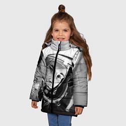 Детская зимняя куртка для девочки с принтом Юрий Гагарин, цвет: 3D-черный, артикул: 10082403206065 — фото 2