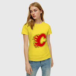 Футболка хлопковая женская Calgary Flames цвета желтый — фото 2