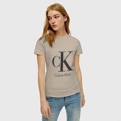 Футболка хлопковая женская Calvin Klein цвета миндальный — фото 2