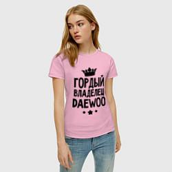 Футболка хлопковая женская Гордый владелец Daewoo цвета светло-розовый — фото 2